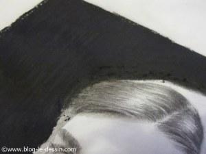 detail photo transforme portrait fusain