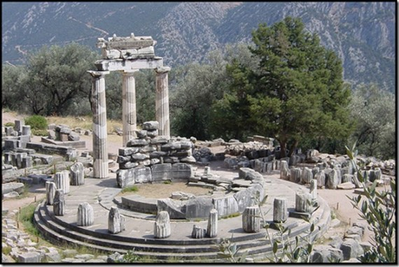 Temple d'Appolon à Delphes, où les dauphins prenaient sans doute par au culte