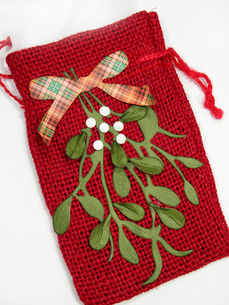 10-burlap-holiday-table-settings-with-mistletoe-by-annette-green-16