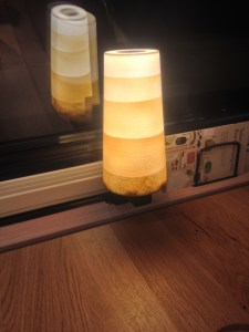 Lampe in Form eines umgestülpten Kaffeebechers (Foto: Jonathan Noack)