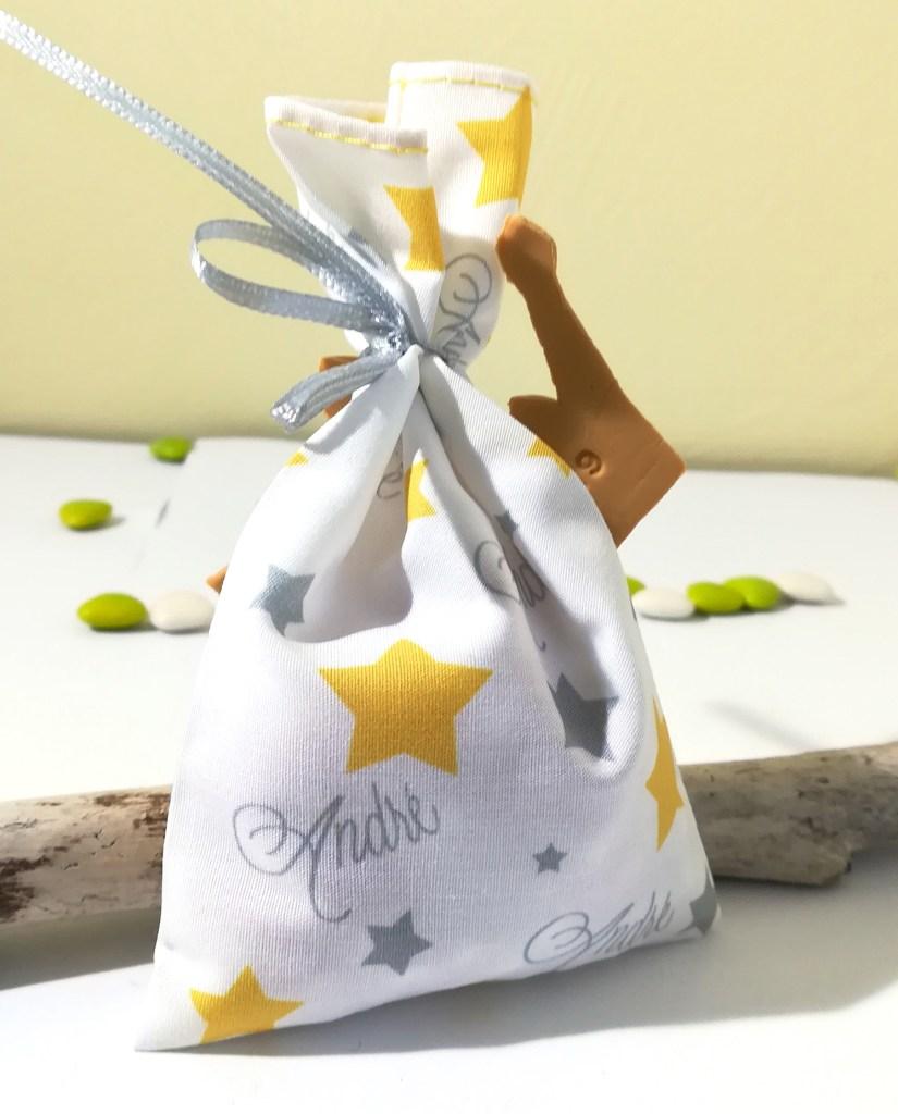 sachet de dragées thème petit prince, gris, jaune, étoile couronne, prénom gravé