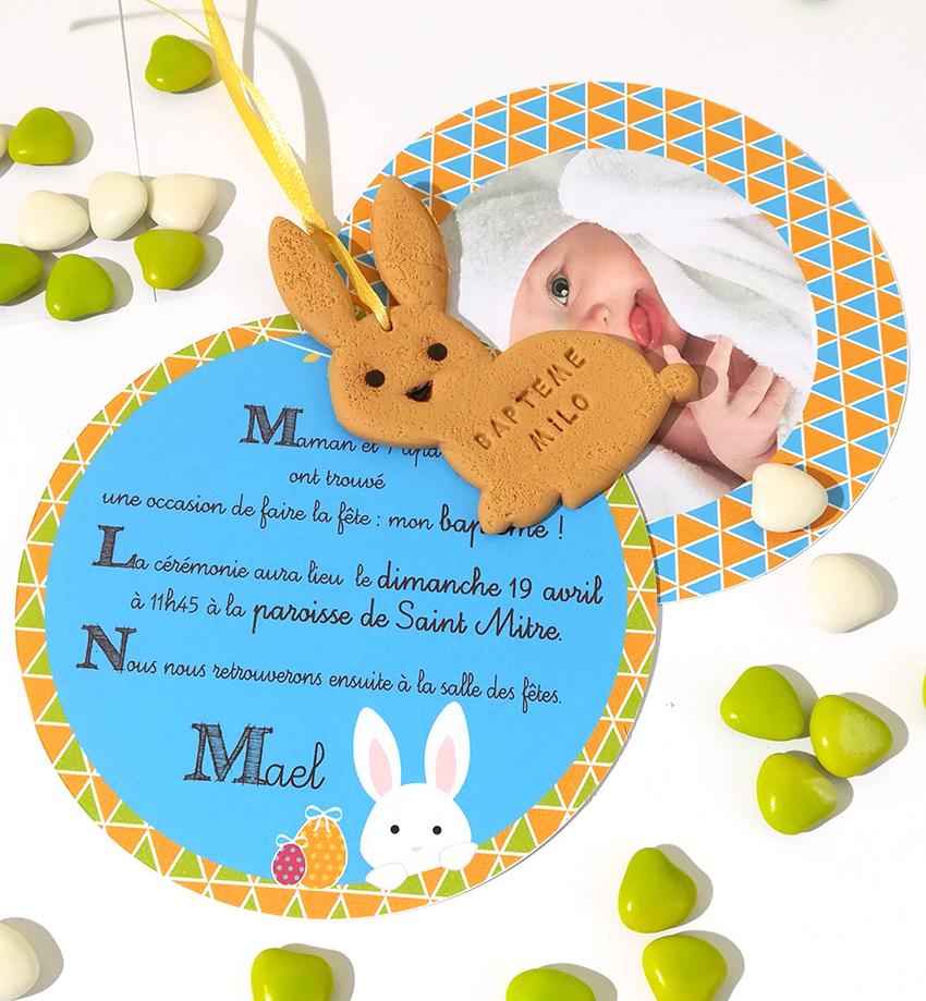 faire-part de baptême de Pâques. Avec lapin biscuit personnalisé et gravé avec prénom et date.
