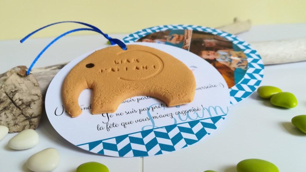 faire-part naissance ou baptême, thème éléphant, original, surprenant. Couleur bleu, rond. Biscuit décoratif en forme d'éléphant.