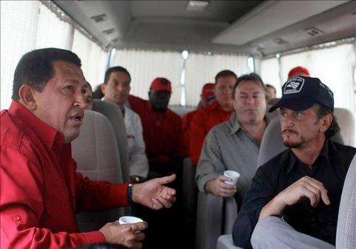 Hugo Chávez conversa con Sean Penn, durante su nueva vista a Venezuela