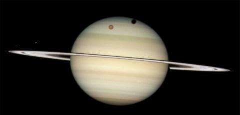Transito di quattro lune per Saturno (credit: NASA, ESA, and the Hubble Heritage Team)