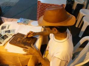 Luiz Natividade apresentando seu trabalho na Feira do Livro de Feira de Santana. (Foto: Arquivo pessoal / Facebook)