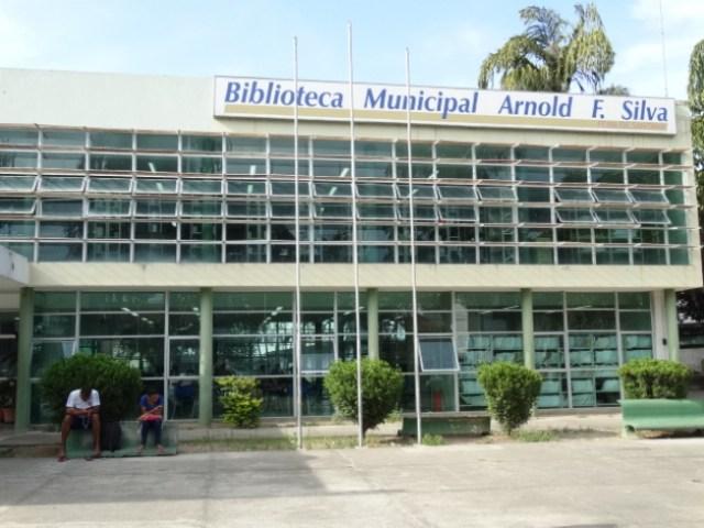 Biblioteca Arnold Silva reabre parcialmente para empréstimos de livros