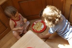 Parfois aussi nous préférons manger directement sur le banc mon frère et moi...