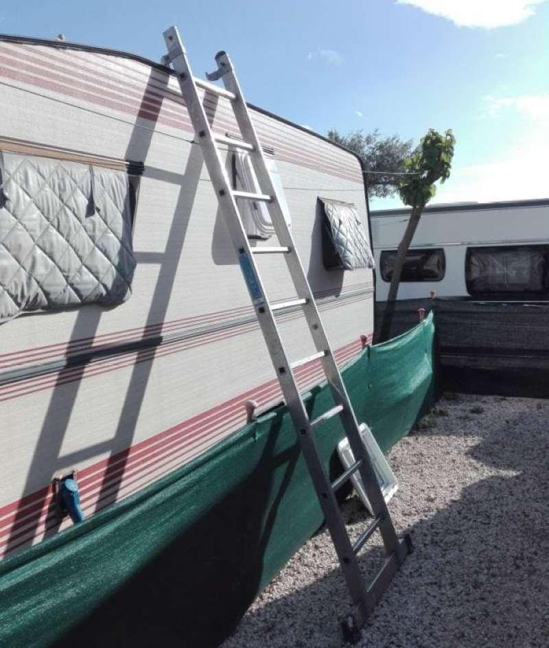 Subiendo al techo de la caravana