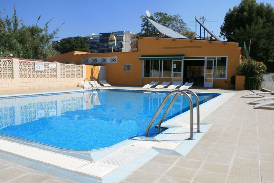 Piscina y bar del Camping Playa Paraiso de Villajoyosa en Alicante