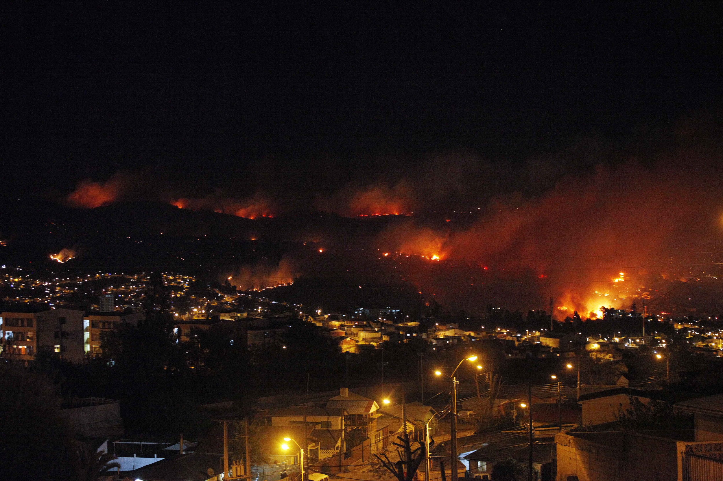 https://i1.wp.com/www.blogcdn.com/slideshows/images/slides/253/241/3/S2532413/slug/l/chile-forest-fire-1.jpg