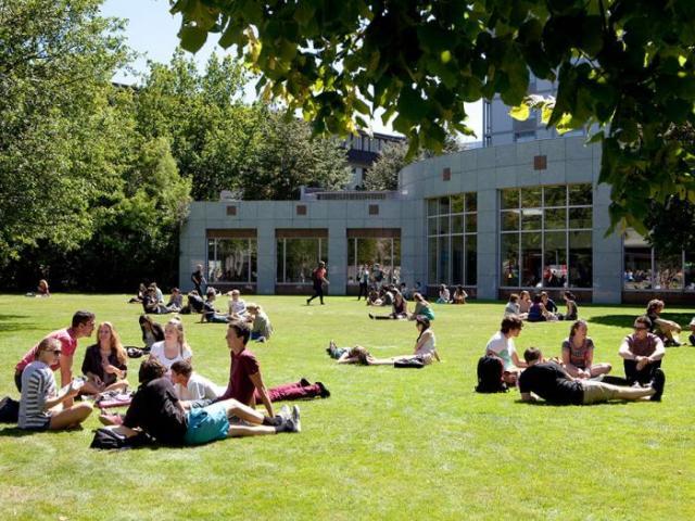 Alunos relaxando no campus da Universidade | Foto: University of Canterbury