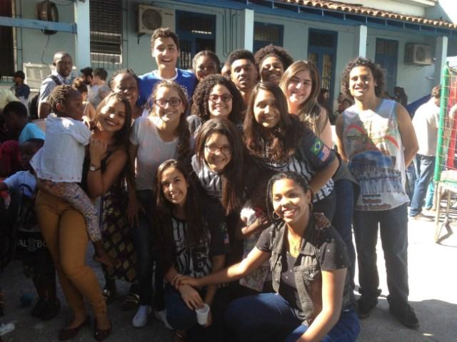 Lucas e seus colegas do CIEP Carlos Drummond de Andrade | Foto: Lucas Martins