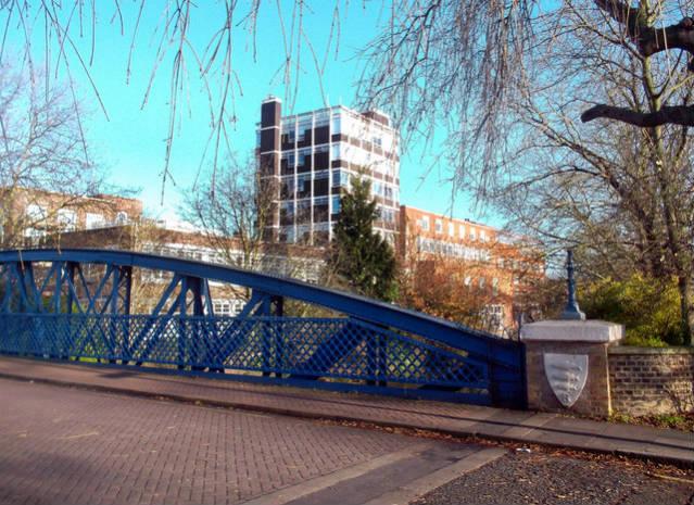 Universidade de Kingston   Foto: Des Blenkinsopp, via Geograph (CCO Commons)