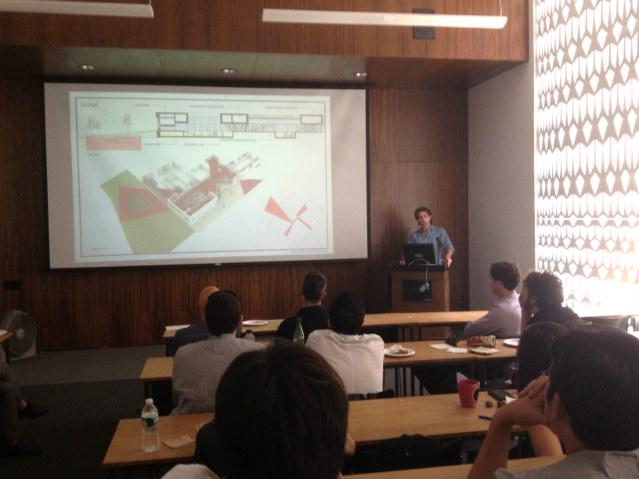 Fernando apresentando projeto em aula | Foto: Fernando Fisbein