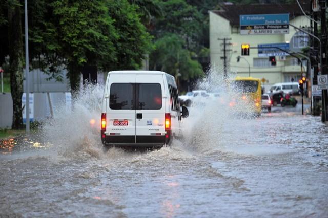 6 consejos para Cruzar Calles Inundadas con el Auto