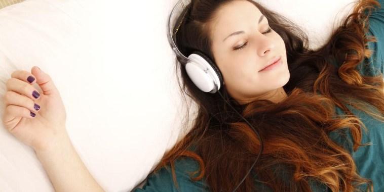 ragazza ascolta musica per rilassarsi