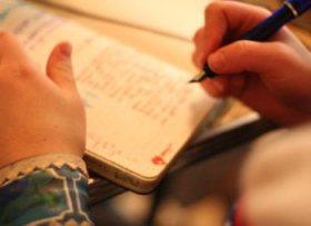 scrivere recensione musicale blocco e penna