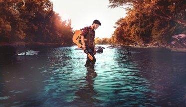 Damien McFly in mezzo al fiume
