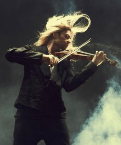 David Garret violinista rock capelli al vento