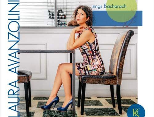 La cantante Laura Avanzolini seduta ad un tavolo nella copertina del suo disco