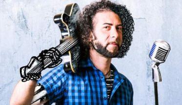 il cantautore Leonardo Lion con la chitarra sulle spalle