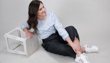 Annalisa Paolin ANNY, seduta per terra appoggiata ad uno sgabello rovesciato