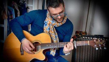 Michele Briganti con la chitarra
