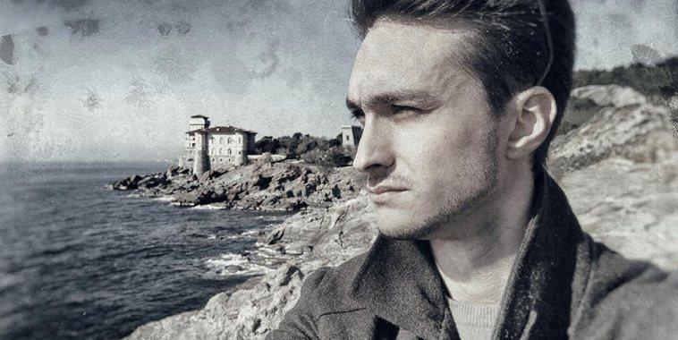 Il pianista Michele Nobler davanti al mare