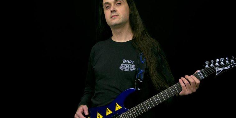 Daniele Liverani con la chitarra a tracolla