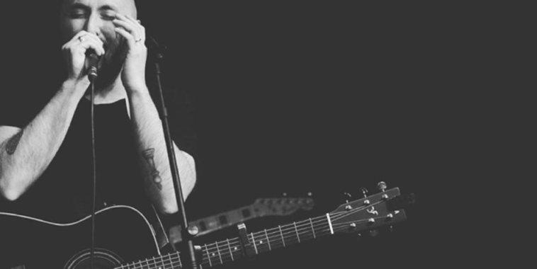 Daniele Timon con la chitarra a tracolla