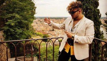 Il rapper Marlon su un terrazzo con vista sulla città