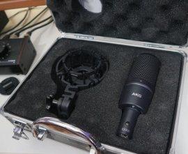 Microfono a condensatore akg dentro la valigetta