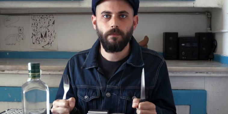 Foggy Francesco Pintaudi seduto a tavola con le posate in mano