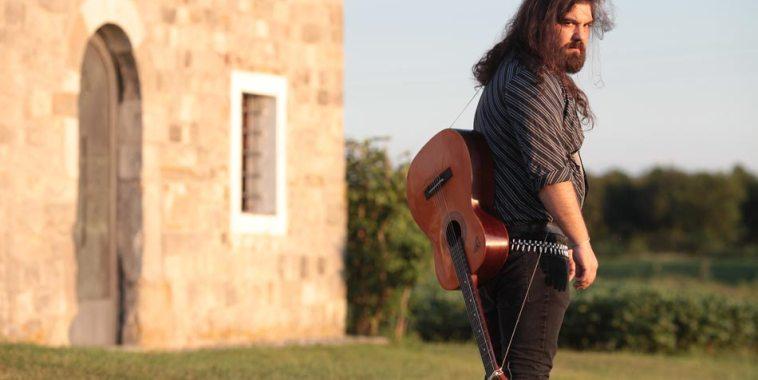 Simone Piva con la chitarra a tracolla