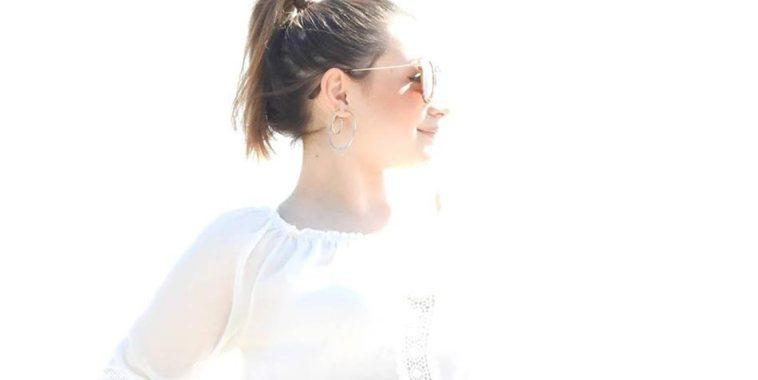 Sophia Marchese di profilo con una camicia bianca