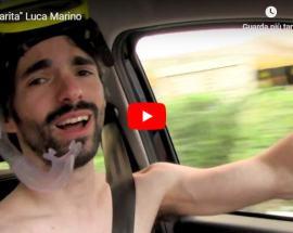 Luca Marino con la maschera da sub in auto nella copertina del video Margarita