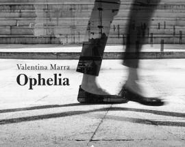 Gambe di donna nella copertina del disco di Valentina Marra: Ophelia