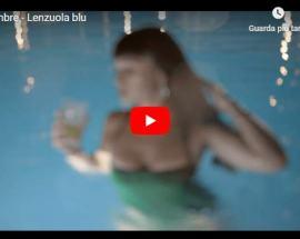 Una ragazza in piscina nella copertina del video dei Settembre: Lenzuola blu