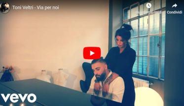 Copertina del video di Toni Veltri seduto al pianoforte: Via per noi