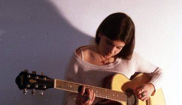 Arianna Poli con la chitarra