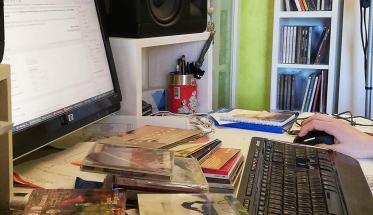 Computer, cd, tastiera, dischi, scrivania Ufficio Stampa musicale