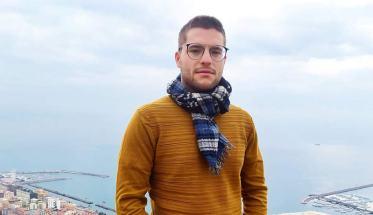 Juri Mattia con sciarpa al collo e maglioncino