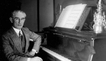 Maurice Ravel seduto al pianoforte