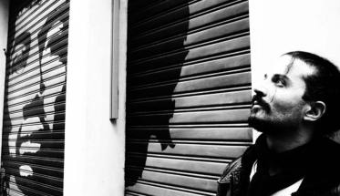 Andrea Fabiano appoggiato al muro