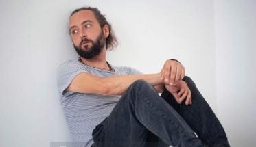 Luca Guidi appoggiato al muro