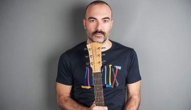 Pierpaolo Lauriola con chitarra e maglia nera