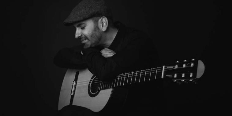 Giacomo Deiana con cappello e chitarra