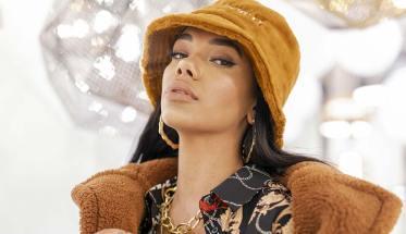 Siobhan con cappello e giacca color ocra