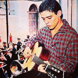 Un giovanissimo Chico Buarque de Hollanda con la chitarra